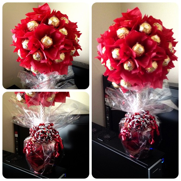 Red is just one of those colours #sweettree #candytree #ferrerorocher #red #gold #tissue #wedding #gift