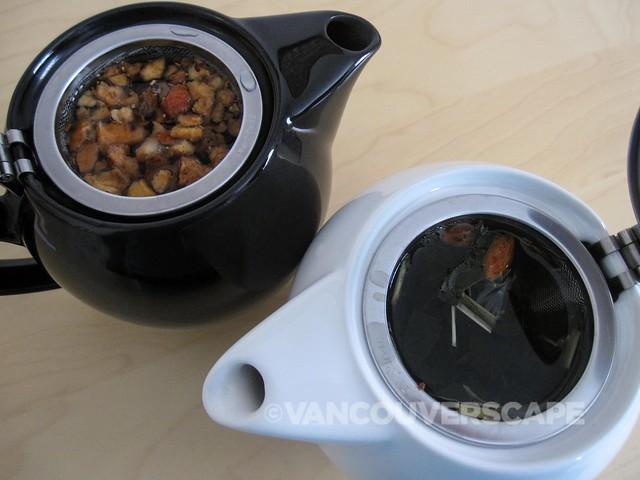 Tiesta Tea: Peaches n' Cream, Gojiberry Superfruit being steeped