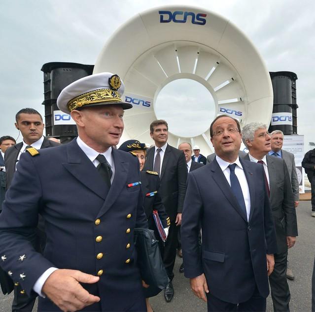 Le président de la République, en compagnie du préfet maritime Emmanuel Carlier est allé voir une hydrolienne