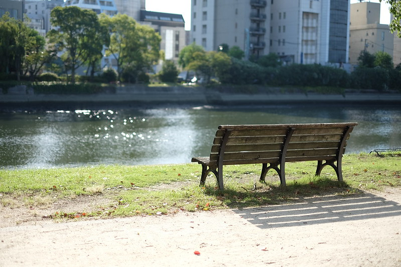 川沿いのベンチ