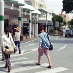 パークアベニュー 横断歩道を渡るひとたち Okinawa-si, Okinawa Nikon New FM2 Nikon Ai Nikkor 50mm F1.4 Kodak Gold 100 blogs.yahoo.co.jp/ymtrx79/32144040.html