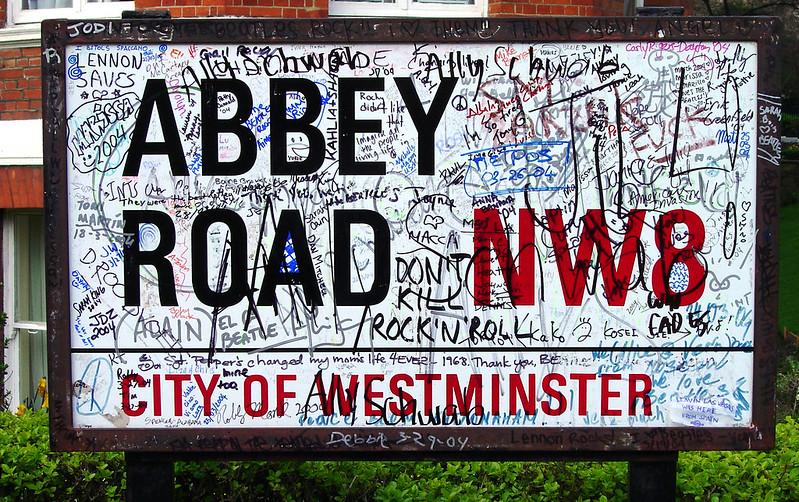 Cartel pintado de la calle Abbey Rd abbey road - 11757216136 9bc3fa023e c - Abbey Road de Londres, el paso de peatones más famoso