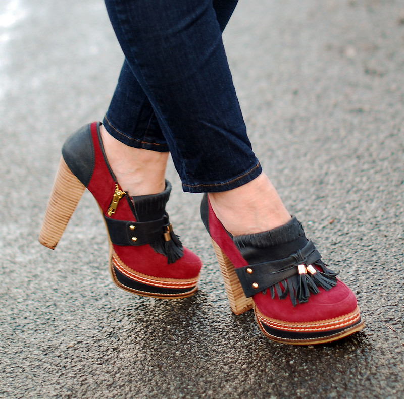 Skinny cropped jeans with two-tone heeled loafers