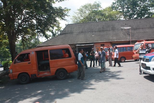 Diserobot Taksi, Angkot Protes