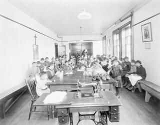 Mi'kmaq girls in sewing class at the Roman Catholic Indian Residential School, Shubenacadie, Nova Scotia, 1929 / Fillettes mi'kmaq suivant un cours de couture au Pensionnat indien catholique de Shubenacadie, Nouvelle-Écosse, 1929