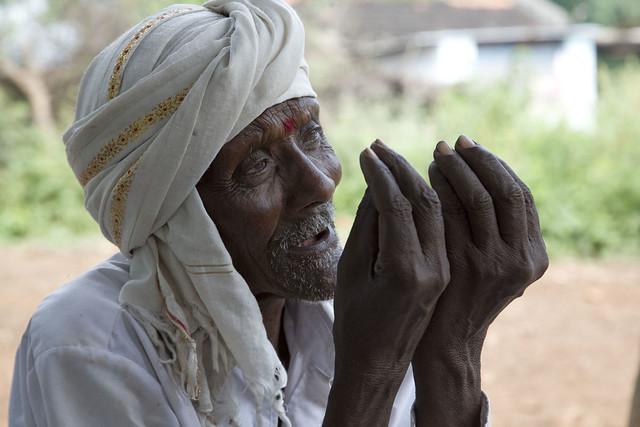 曼姝訪問村內的農民,卡夏夫(Keshav Ponchmabhulwar)告訴她過往種子已不復存在,圖片來源:苦澀的種子劇照。