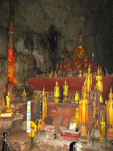 Altar dentro de cueva superior de Pak Ou