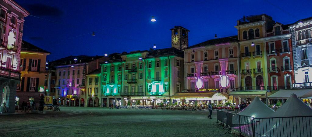 Vista norcturna de la Piazza Grande. Autor, Patrick Stämpfli