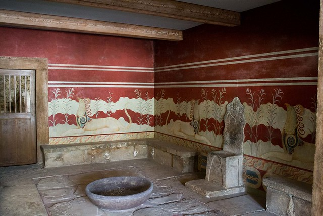 Controversy About the Palace of Knossos