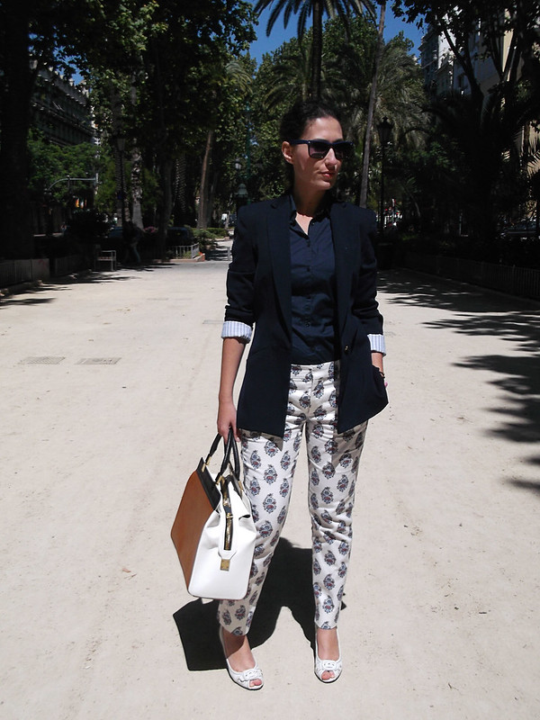pantalones estampados, paisley, blanco, blusa azul marino, blazer, peep toes blancos, bolso tricolor blanco, negro y camel, trousers, paisley print white, dark blue blouse, white peep toes, tricolour bag white, black and camel, Zara, Stradivarius, Lowlita & You