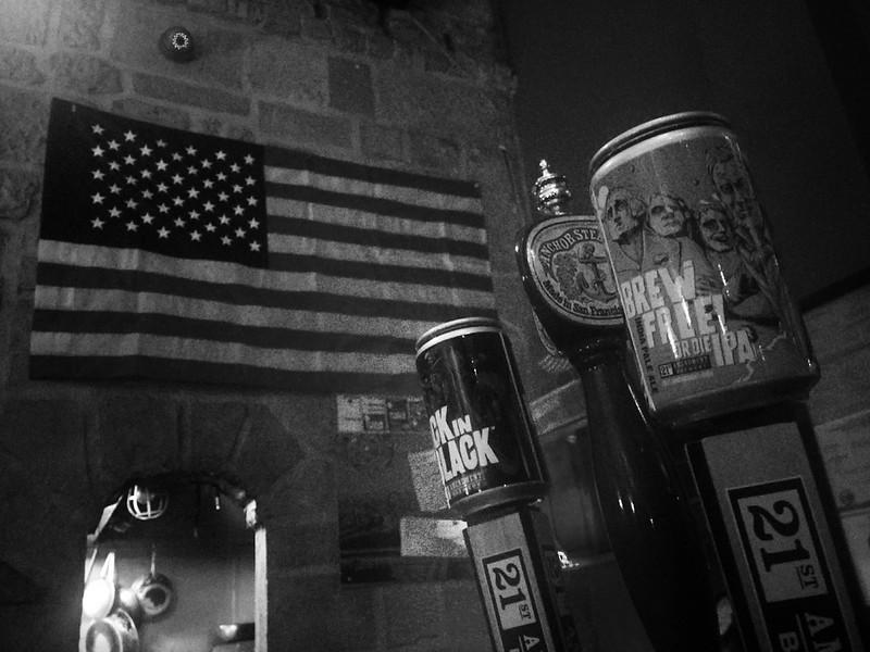wishing all a great 4th of july! took this last nite, the flag y two san francisco breweries say stay safe + have fun! × feliz dia de la independencia estadounidense, por acá con la bandera y dos cerveceras en la barra de aquí mero en san pancho. bonito