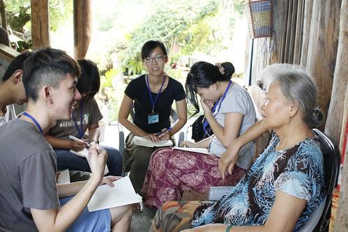 第九屆編採營學員採訪港口部落耆老。