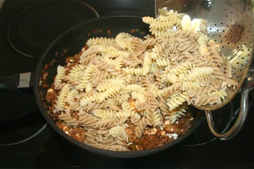 40 - Nudeln in Pfanne geben / Add noodles