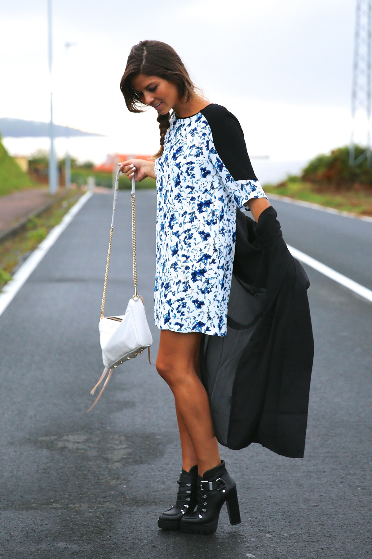 trendy_taste-look-outfit-street_style-ootd-blog-blogger-fashion_spain-moda_españa-combat_boots-botas_rock-parka-kimono-bolso_blanco-white_bag-galicia-vestido_flores-flower_print-dress-11