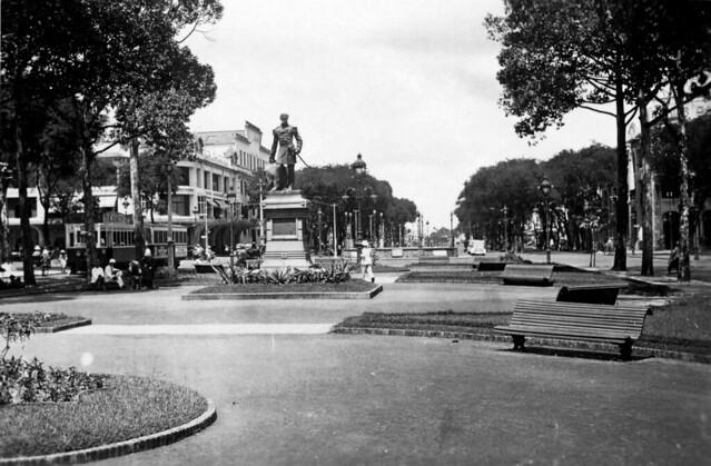 Saigon 1938-39 - Vườn hoa Francis Garnier & Bồn kèn nơi giao lộ Bonard với Charner (nay là bồn phun nước)