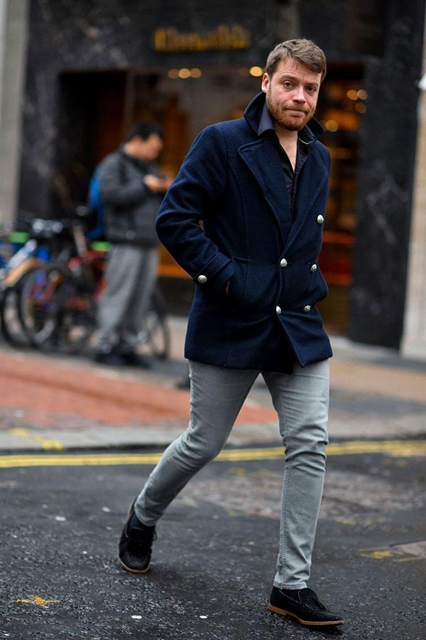 ネイビーPコート×ネイビーシャツ×デニムパンツ×黒タッセルローファー