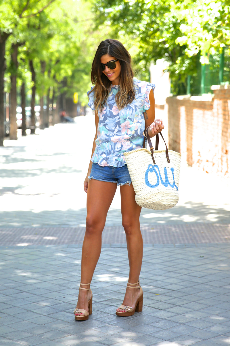 trendy_taste-look-outfit-street_style-oot-blog-blogger-fashion_spain-moda_españa-flower_print-estampado_flores-capazo-verano-summer-beach-playa-zara-denim_shorts-shorts_vaqueros-hype-12