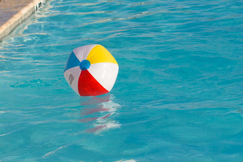 Beach Ball in Pool #CapriSunMomFactor