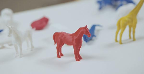 말, 유니콘, 기린 등 다양한 동물이 3D 프린터에서 출력되어 놓여있다. 색도 빨간색, 노란색, 흰색으로 다 다르다.