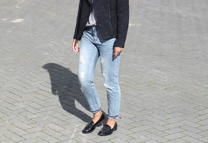 Street-style-destroyed-mom-jeans-patent-loafers