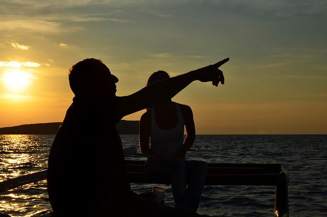 Alberto de la empresa Katayak explicándonos com dirigir el catamarán por Menorca