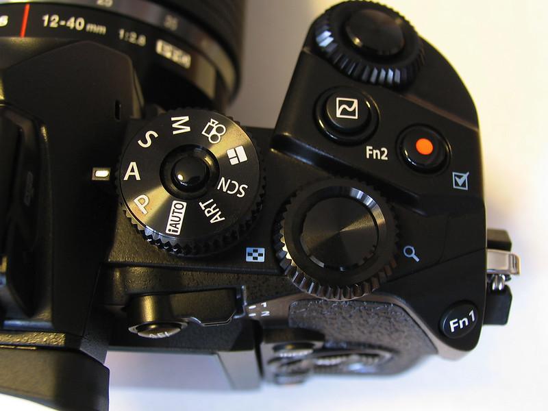 OM-D E-M1は、撮影中の設定は右手だけでほとんどできる