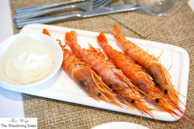 Boiled large prawns with tomato mayo foam