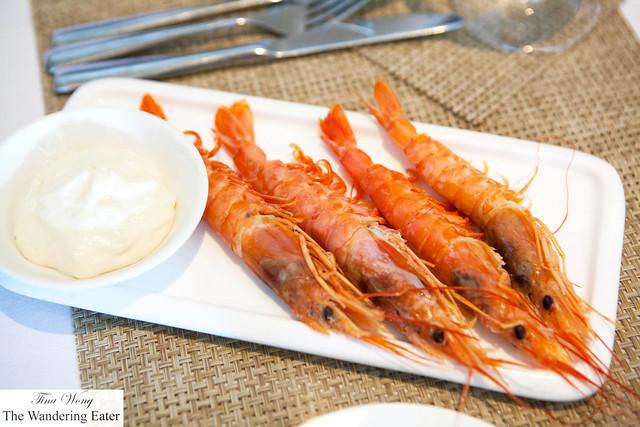 Boiled large prawns with tomato mayo foam