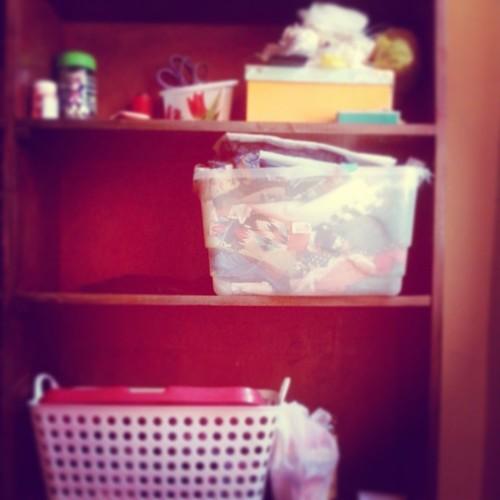 Ufa! Super aliviada de ter organizado minha estante! Aviamentos, tecidos e produtinhos td no lugar! Agora é só pintar a estante para ficar lindo de vez! rsrs #cabidecharmoso #ateliê #produtoartesanal :)