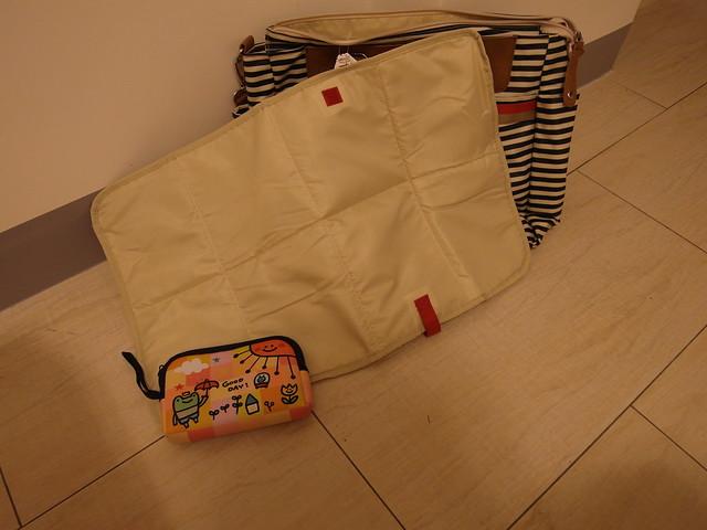 Babymel CARA Navy Stripe 藍條紋卡拉包,贈送的尿布墊也是小小一塊方便攜帶