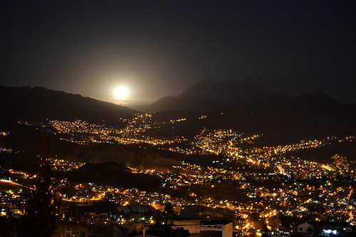 sale la luna detrás del Illimani