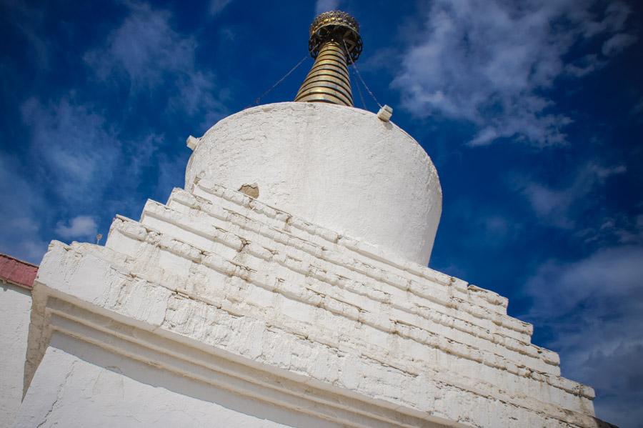 Большая ступа позади гомпы. Верх ее позолочен. Монастыри Ладакха (Монастыри малого Тибета) © Kartzon Dream - авторские путешествия, авторские туры в Ладакх, тревел фото, тревел видео, фототуры