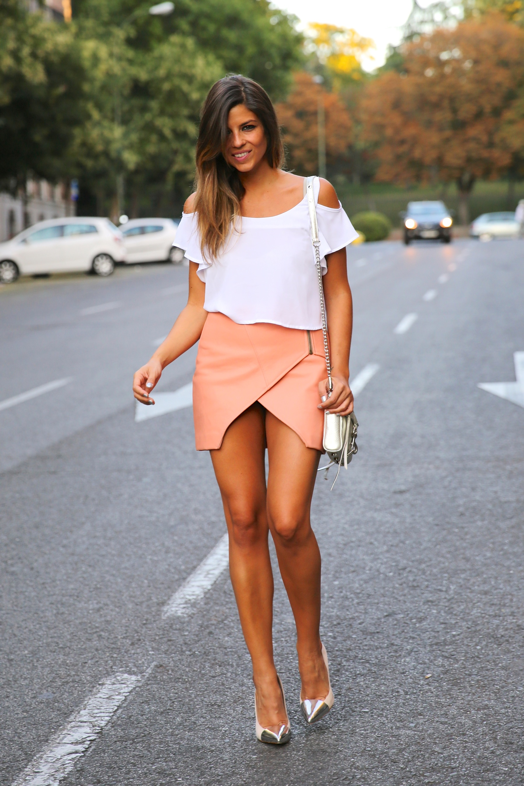 trendy_taste-look-outfit-street_style-ootd-blog-blogger-fashion_spain-moda_españa-madrid-silver_stilettos-punta_plata-estiletos-falda_coral-coral_skirt-top-13