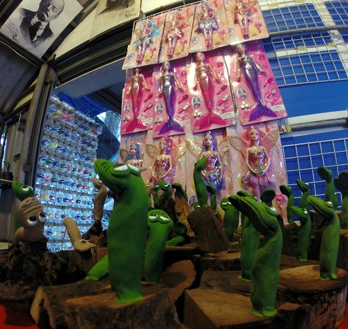 צפרדעים, ברביות ולנין משגיח מלמעלה