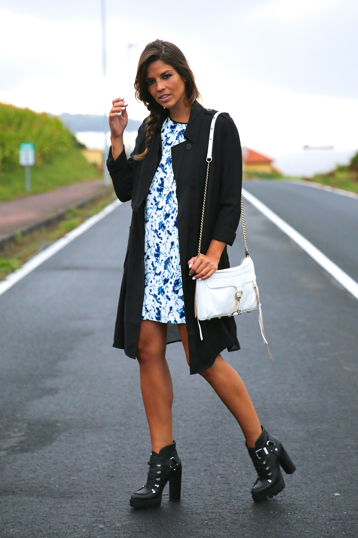 trendy_taste-look-outfit-street_style-ootd-blog-blogger-fashion_spain-moda_españa-combat_boots-botas_rock-parka-kimono-bolso_blanco-white_bag-galicia-vestido_flores-flower_print-dress-12