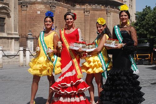 AionSur 15105035171_7fd63b0354_d Reina y damas del 2013 reparten aceitunas en el centro de Sevilla para promocionar la Feria del Verdeo Feria del Verdeo
