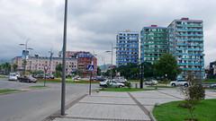 Post-sowieckie zaniedbane bloki w centrum Batumi.