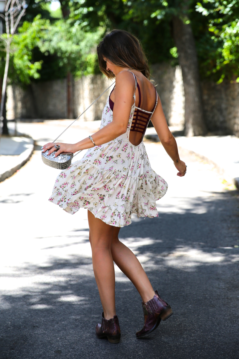 trendy_taste-look-outfit-street_style-ootd-blog-blogger-fashion_spain-moda_españa-vince_camuto-botines_granates-burgundy_booties-flower_print-estampado_flores-silver_bag-bolso_plata-estampado_flores-boho-top-13