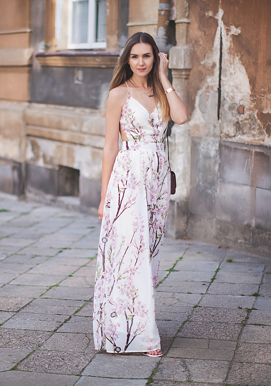 how-to-style-a-floral-maxi-dress-outfit-flower-print