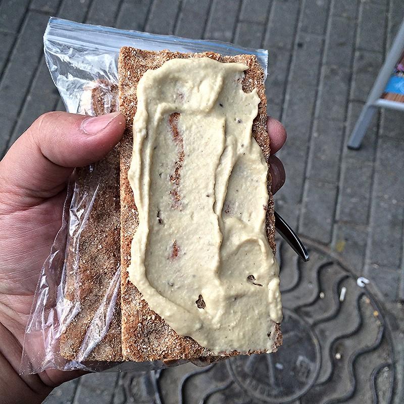 хлебцы с хумусом