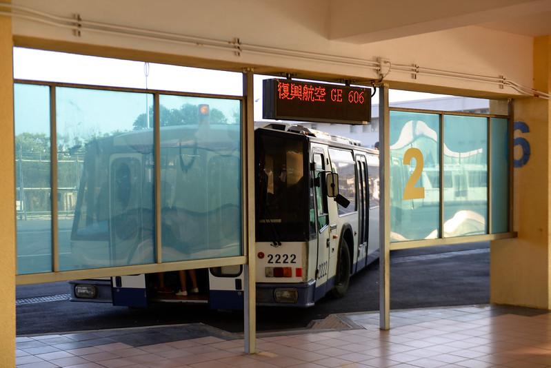 【接駁巴士】要搭一小段路的接駁巴士到飛機旁