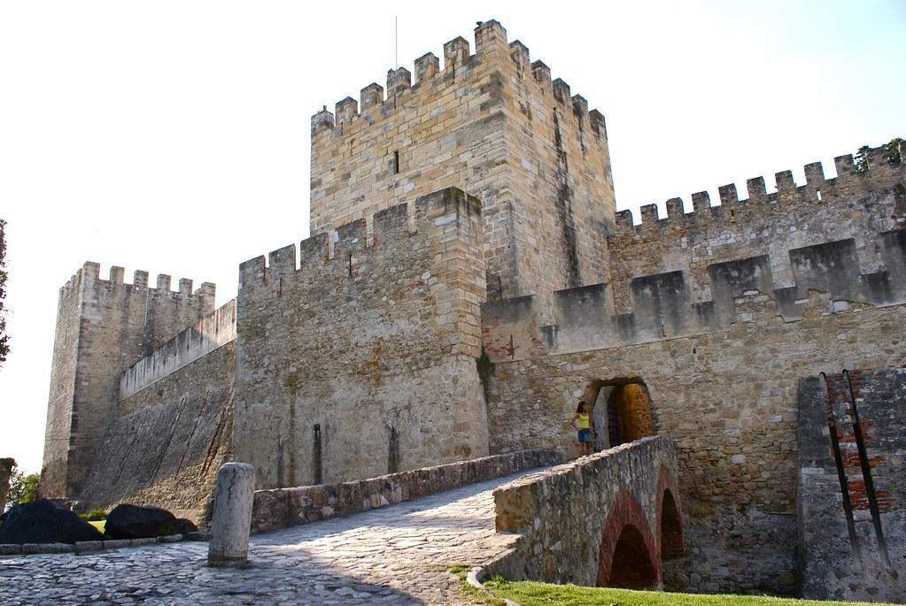 L'entrée massive du chateau Saint Georges à Lisbonne.
