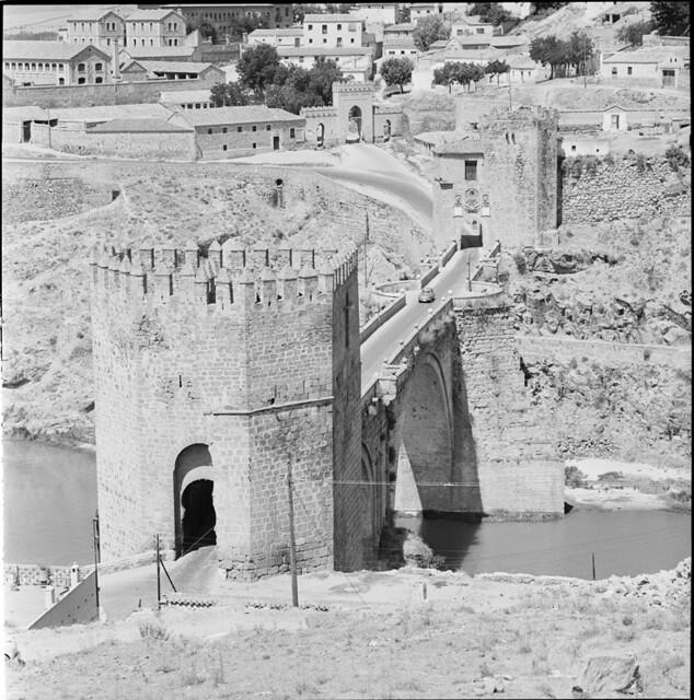 Puente de San Martín en los años 50. Fotografía de Francesc Catalá Roca © Arxiu Fotogràfic de l'Arxiu Històric del Col·legi d'Arquitectes de Catalunya. Signatura B_13538_1152
