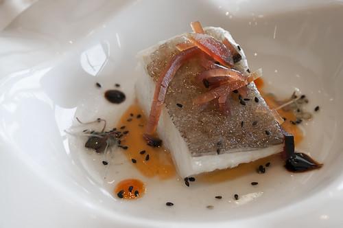 Bacalao confitado con crema de ajo con pil pil de legumbres y mojama de atún