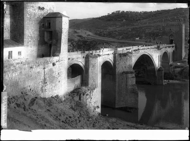 Puente de San Martín a comienzos del siglo XX. Fotografía de J. Lacoste © MECD, Fototeca del IPCE, signatura VN-22634_P