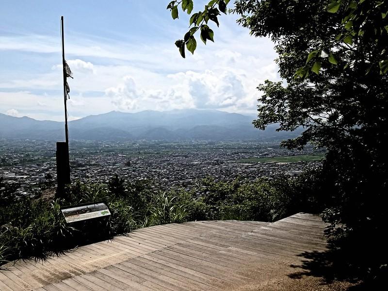 福島市・信夫山(しのぶやま)の烏ヶ崎展望デッキより吾妻連峰を望む