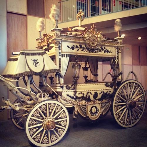 Carrossa de luxe blanca per estrenar a la col•lecció de carrosses fúnebres de #Barcelona @CementirisBCN #BCN #Montjuïc #BarcelonaCultura