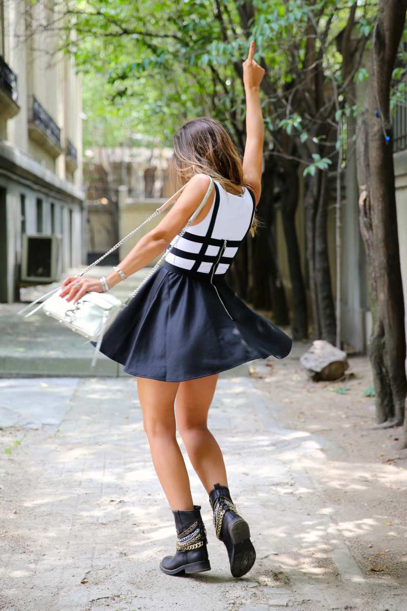 trendy_taste-look-outfit-street_style-ootd-blog-blogger-fashion_spain-moda_españa-natalia_cabezas-rocky-botas_moteras-steve_madden-silver_bag-bolso_plata-transition-vestido_rayas-striped_dress-11