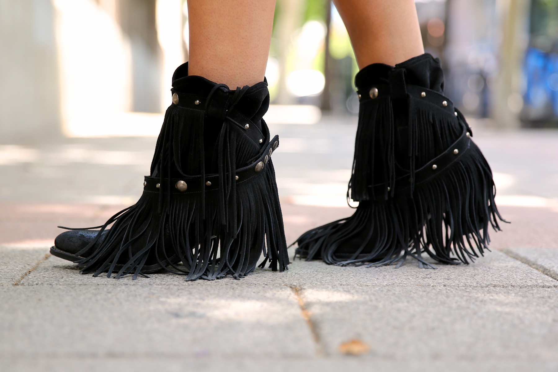 trendy_taste-look-outfit-street_style-ootd-blog-blogger-fashion_spain-moda_españa-fringes_booties-botines_flecos-sendra-chaleco_flecos-fringes_jacket-marc_jacobs-cowboy_booties-botines_camperos_negros-2