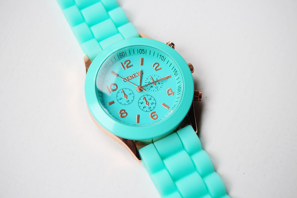 Fashion-bloggers-review-on-items-accessories-bought-on-Ebay-mint-green-geneva-watch